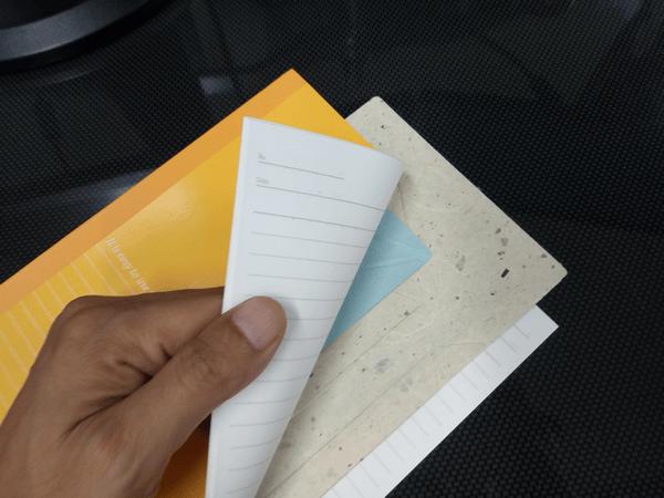 大学ノートに挟んだ和紙製モバイルスタンド「Foldable(フォルダブル)」