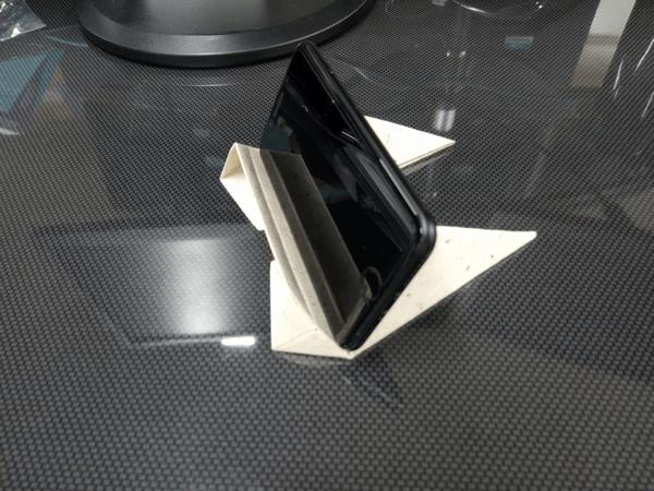スマホ・タブレット・ノートパソコンに対応した「Foldable2」の使用例(スマホ横置き)