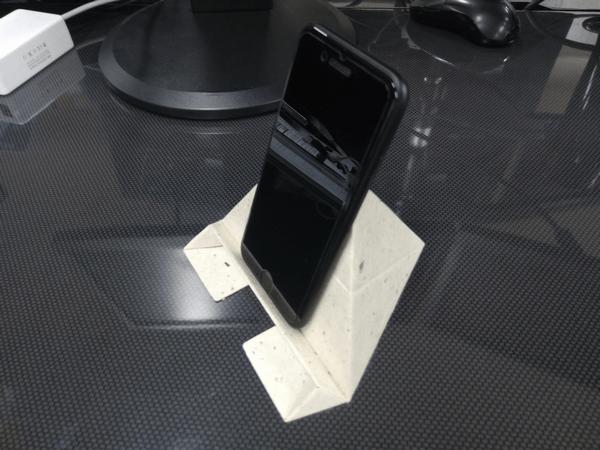 スマホ・タブレット・ノートパソコンに対応した「Foldable2」の使用例(スマホ縦置き)