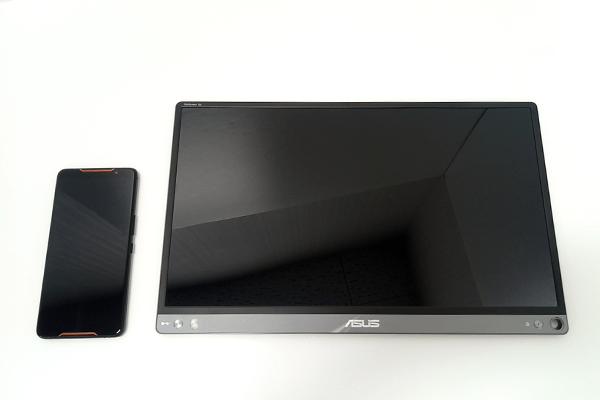 (左)「ROG Phone」、(右)「ZenScreen Go」を比較(前面)