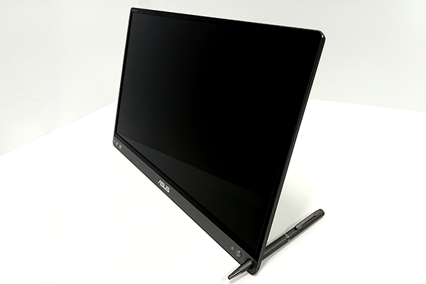 ASUS「ZenScreen Go」本体のペン穴と付属のペンを使って立てる