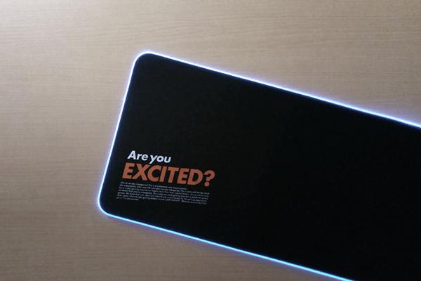青に発光させたゲーミングマウスパッド LEV-RGB-DM01/BKと表面のAre you EXCITED?の文字