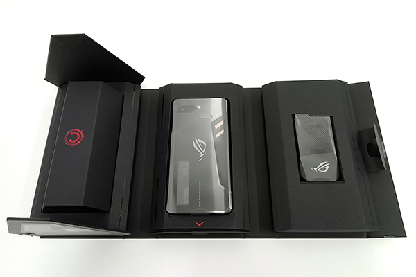 ASUS「ROG Phone」化粧箱を展開した様子