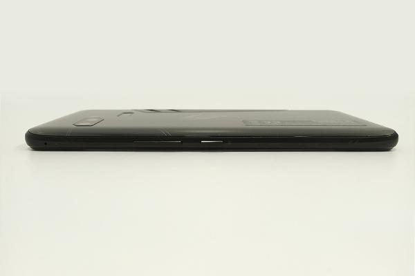 ASUS「ROG Phone」本体右側面の電源ボタンとボリュームボタン