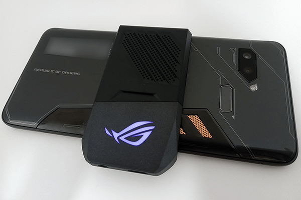 ASUS「ROG Phone」に同梱の外付けクーラーユニット「AeroActive Cooler」装着時(Xモード起動時)