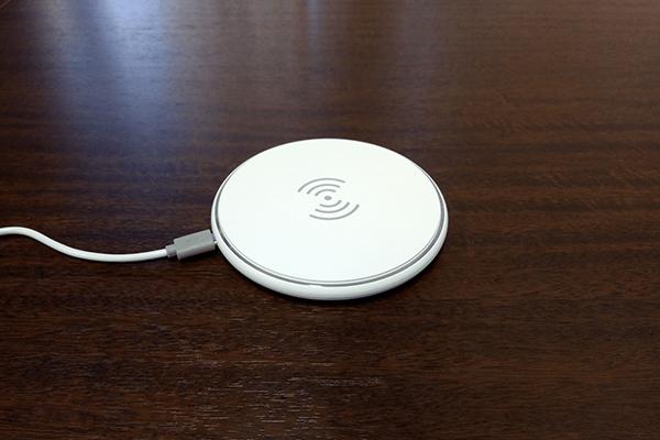 ワイヤレス充電器にUSBケーブルを接続