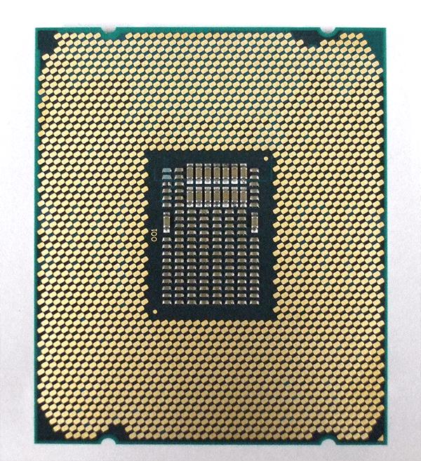 第9世代Core X プロセッサーの裏面。中央部のキャパシタの配置も第7世代Core Xと同一となっています。