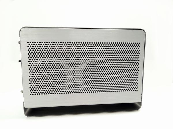 外付けGPU BOXの左側面に設けられた通風孔