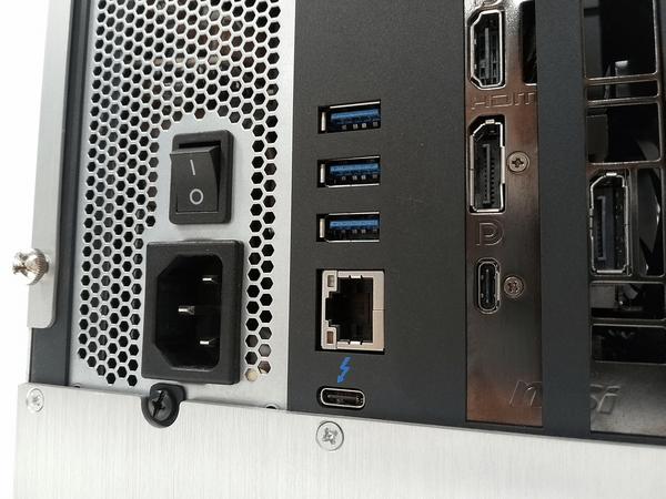 外付けGPU BOX背面のフロントUSB3.0×3ポート、有線LANポート、Thunderbolt 3(Type-C)端子