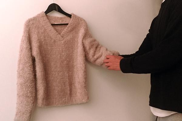 手を通して袖の中に空間を作る