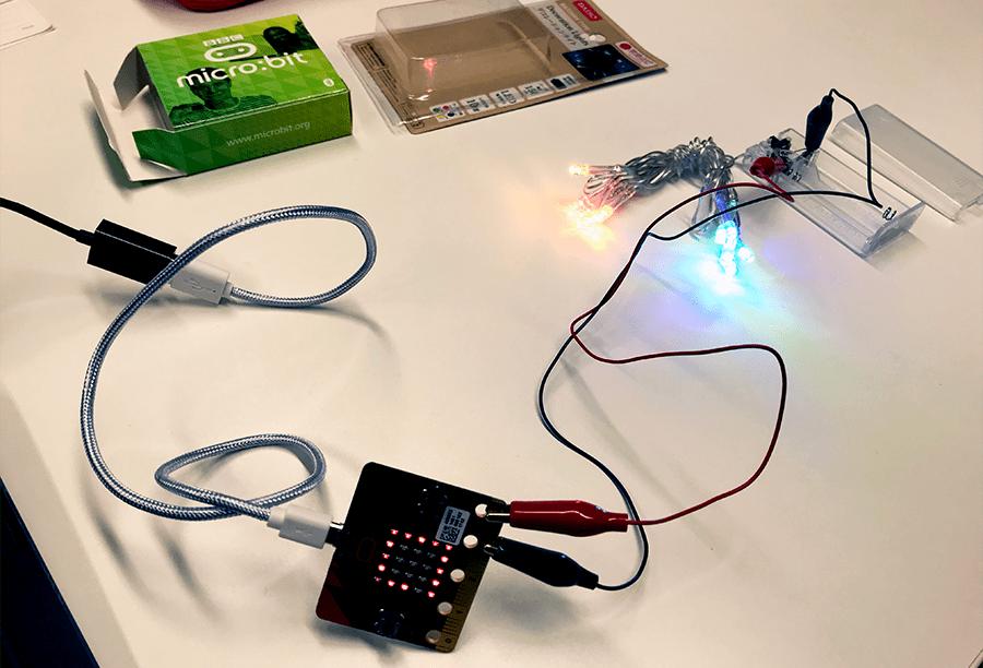 プラス側を「3V」端子につなぎかえるとライトが光る(micro:bit側のLEDが光っているのは内容と関係ありません)