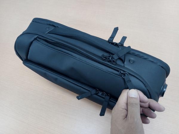 NOMATICシリーズメッセンジャーバッグのトップアクセスポケット