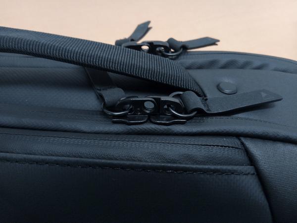 NOMATICシリーズメッセンジャーバッグのジッパー部分
