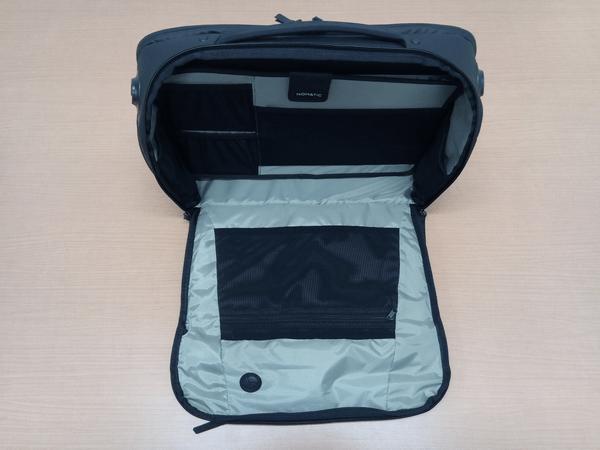 NOMATICシリーズメッセンジャーバッグの細かいポケットが付いたパネル装着時