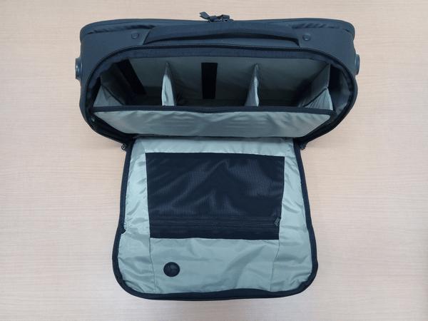 NOMATICシリーズメッセンジャーバッグの収納スペースを仕切るパネル装着時