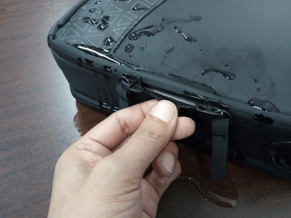 NOMATICシリーズノートPCバッグに水をかけた様子