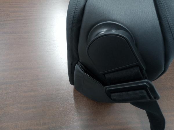 NOMATICシリーズメッセンジャーバッグのショルダーベルトを取り付けた状態