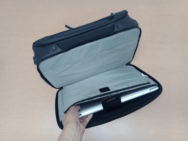 NOMATICシリーズメッセンジャーバッグに14型ノートPCを収納した様子