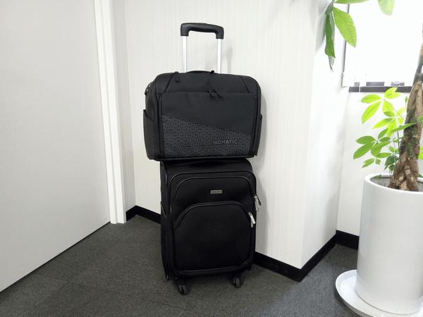 NOMATICシリーズメッセンジャーバッグとキャリーケースの組み合わせ例