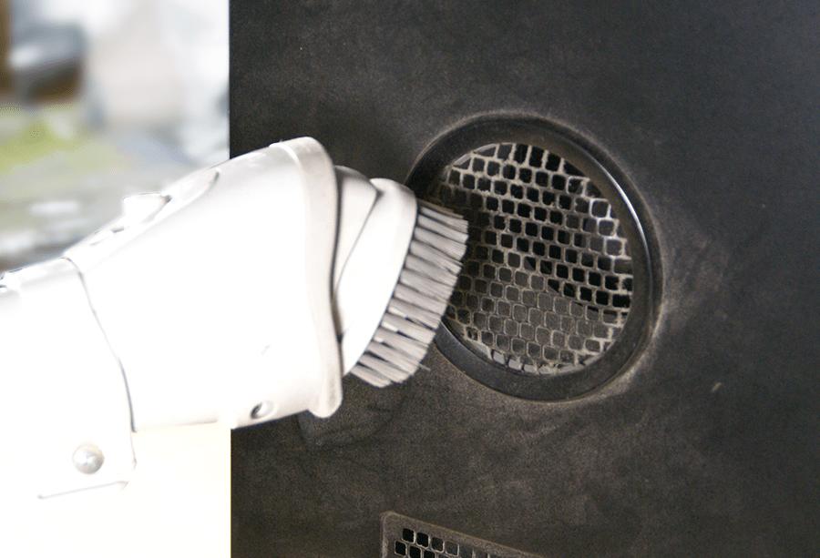外から見えるホコリは掃除機で吸い取る
