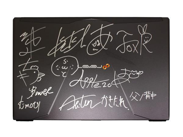 父ノ背中メンバーがCM動画で使用したサイン入りゲーミングノートPC「はつめ選手モデル」