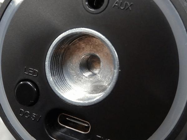「MDRILL ONE」底面のマイクスタンド取り付け穴(5/8インチのみ対応)