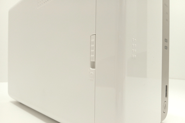 QNAP TS-251B前面カバーのロック