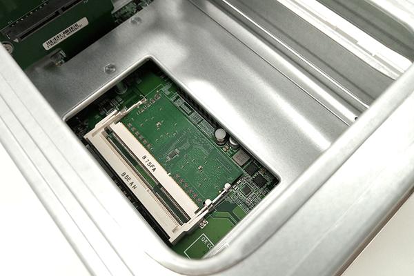 QNAP TS-251B内部のメモリスロット、拡張ポート