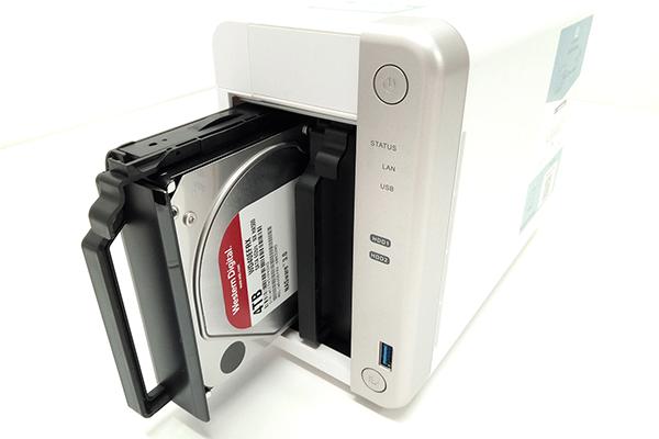 QNAP TS-251BにHDDを装着したドライブトレイをセット