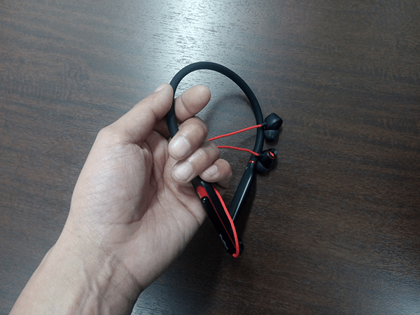 Spearhead VR BT In-ear headphoneを手に持った様子