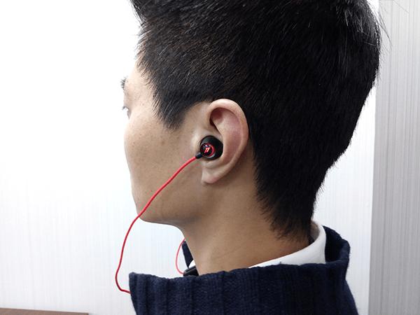 Spearhead VR BT In-ear headphoneを装着し横から見たところ