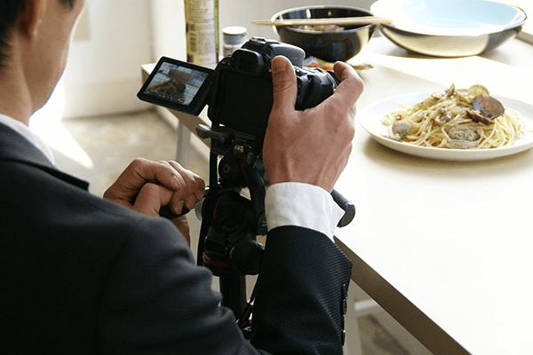 お皿の縁が浅いので、低い位置から撮ってもパスタが隠れない