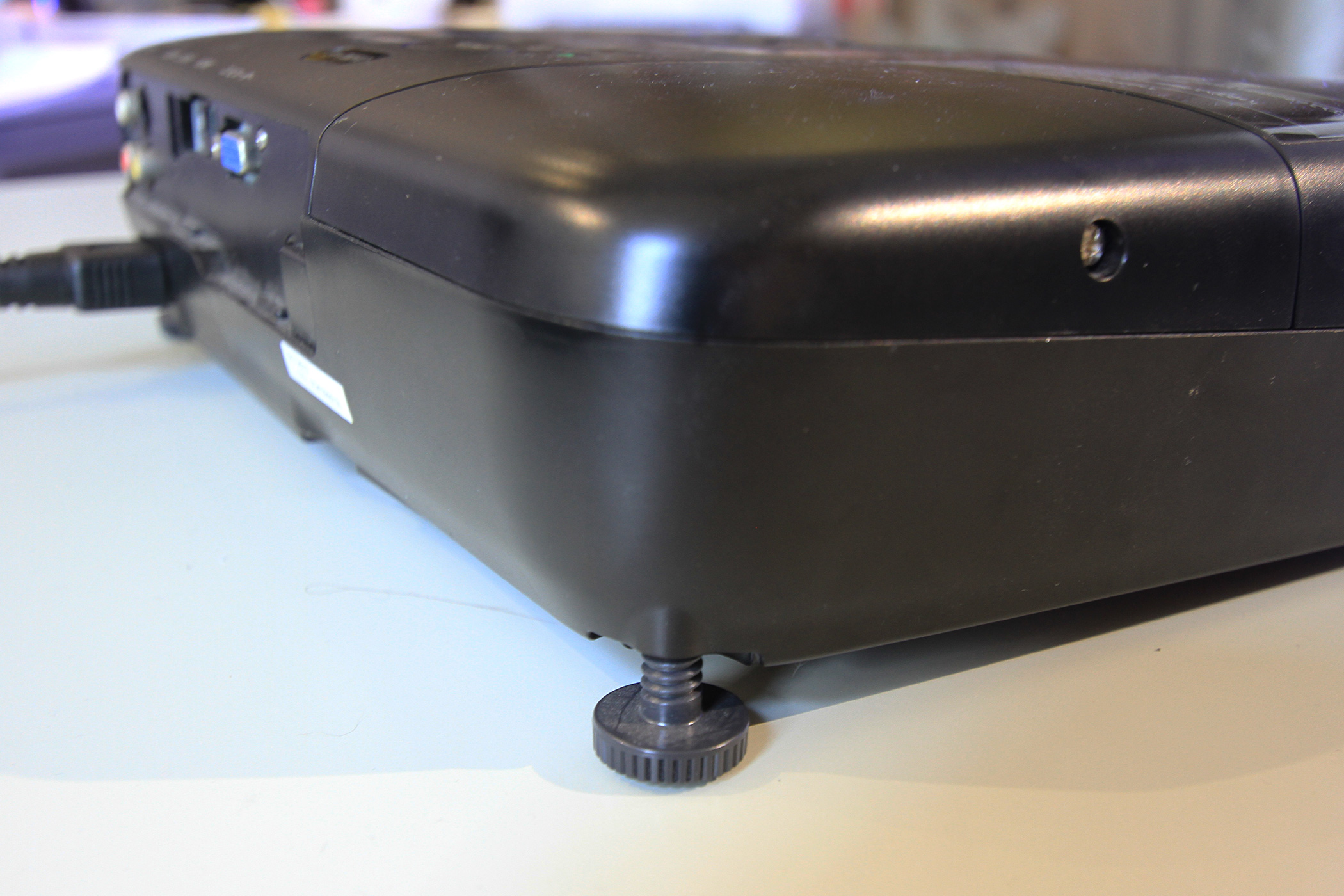 映像の下面が箱の接地面に及ばないことがある場合はプロジェクターの足などを調整してみます