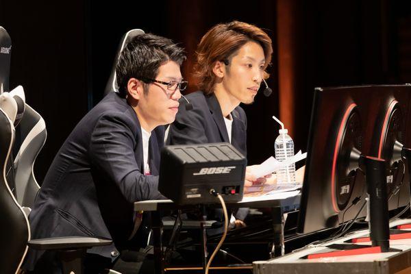 実況席で試合の内容を解説するOooDa氏とSHAKA氏