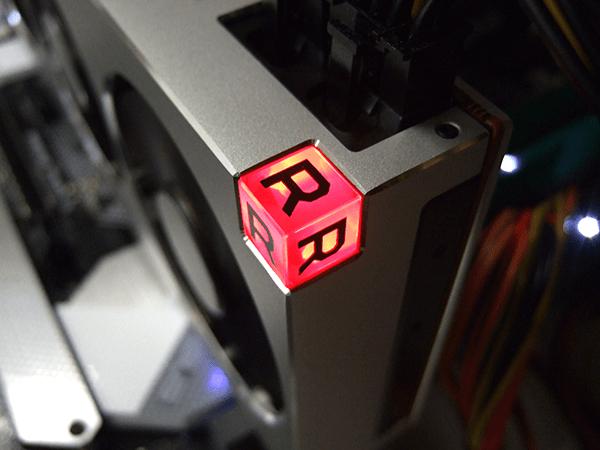 AMD Radeon VIIグラフィックスカードの光る「R」の立方体
