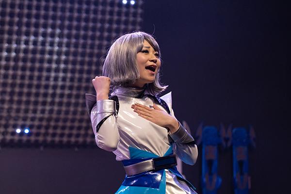 ライブパフォーマンスを魅せる小島夕佳さん