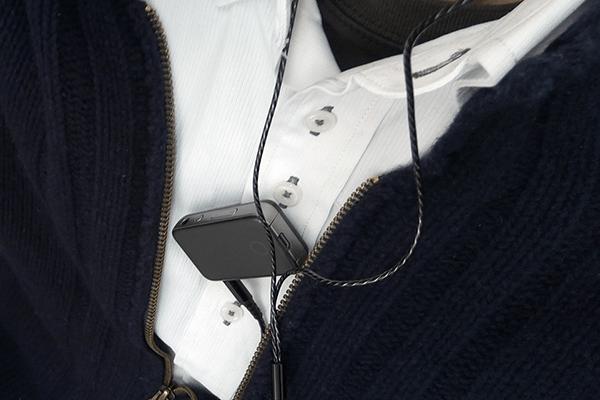 EarStudio ES100を胸元にクリップ留めして装着