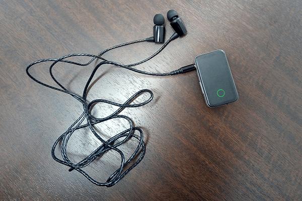 EarStudio ES100にイヤホンを接続した様子