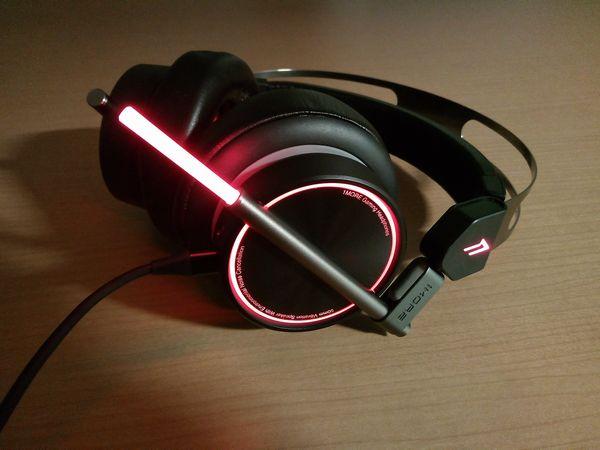 Spearhead VRX Gaming HeadphonesのLEDチューブを伸ばした状態