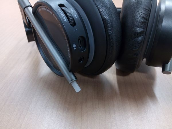 Spearhead VRX Gaming Headphonesの便利なコントロールスイッチ類(USBコネクタ/3.5mmオーディオジャック)