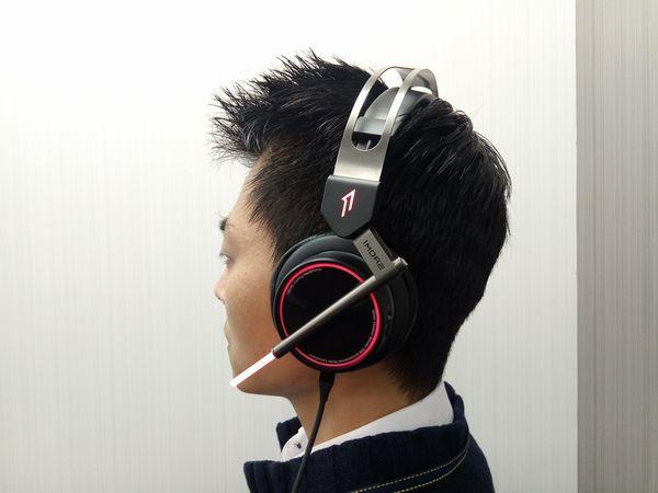 Spearhead VRX Gaming Headphonesの装着時の様子(しっかりとした装着感)