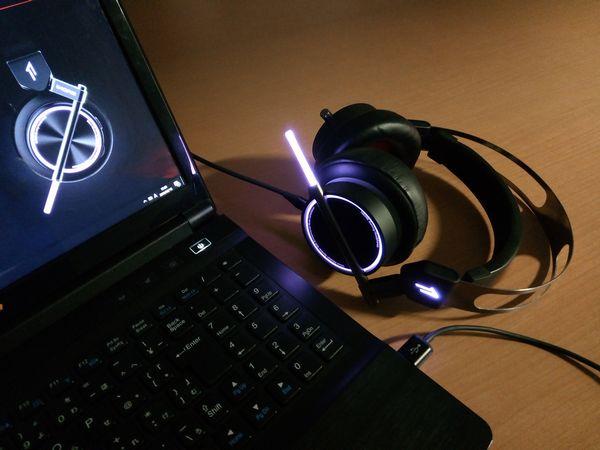 1MORE Spearhead VRX [ソフトウェア] 発光の様子(中間色:青紫、LED効果設定:点灯)