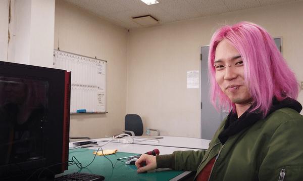 組立が完了したパソコンの前で笑顔のあどみんさん