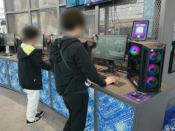 IEM会場の展示マシンで試遊する来場者