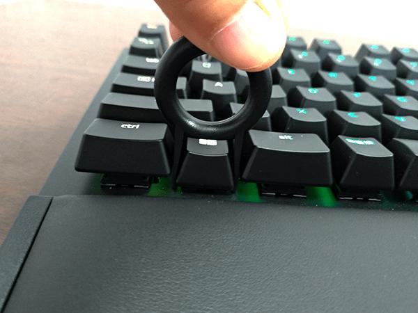 キートップ引抜工具の先端を目的のキーに押し込みます