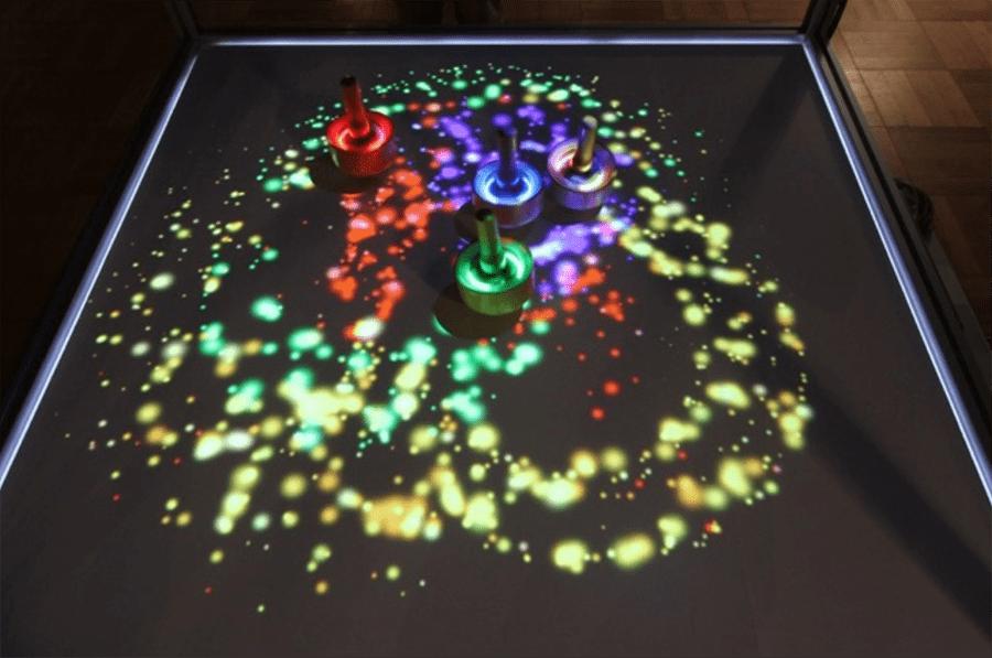『まわる、うつる、ひろがる』展示の様子(文化庁メディア芸術祭 愛知展「CODE」、2014年)