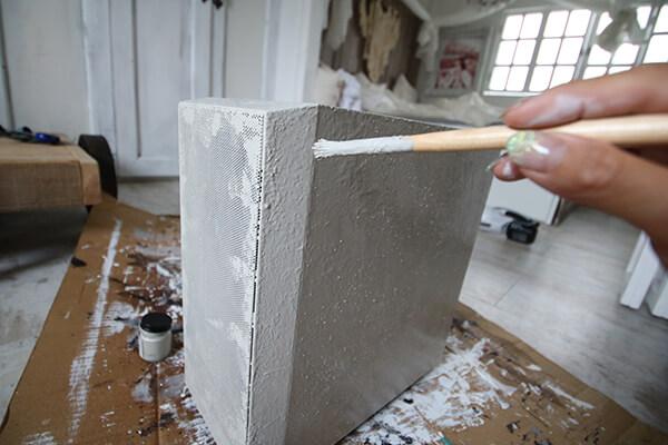 インテリアPCの制作過程・コンクリートを表現するために凹凸をつけて塗装