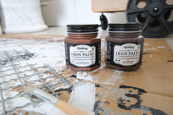 今回の作品にも使われた、塗るだけで金属のような質感になる塗料