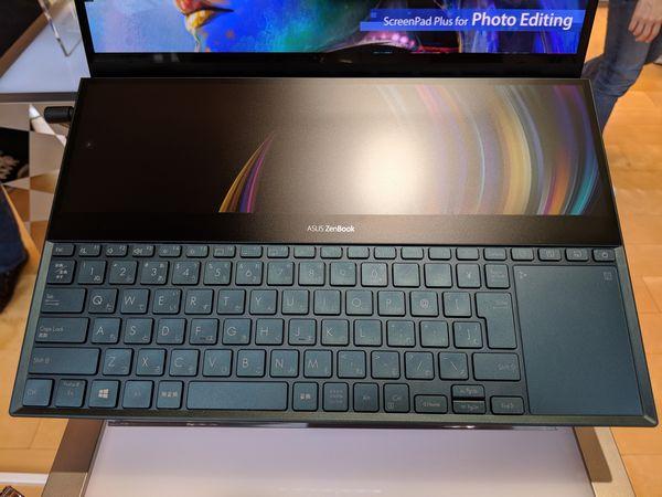 ZenBook Pro Duoのキーボード上半分を占める「ZenScreen+」