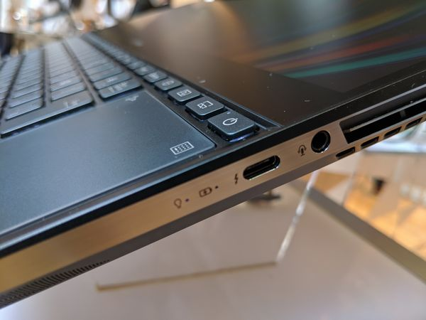 ZenBook Pro Duoの右側面にはThunderbolt3端子が配置